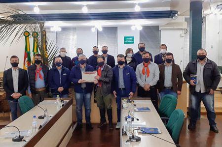 Imagem Legislativo faz entrega de Moções de Parabéns para duas empresas de Soledade